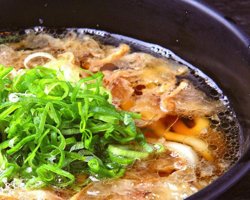 牛の小腸を油で揚げ、うどんにのせた大阪のソウルフード「かすうどん」